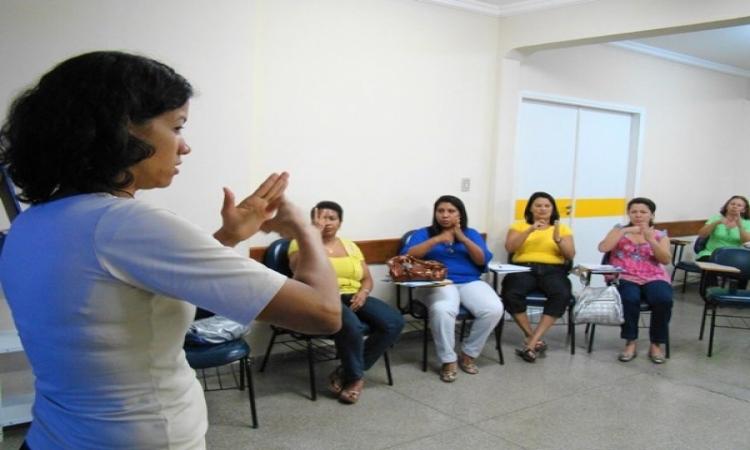 Comissão aprova oferta obrigatória de Libras em escolas públicas brasileiras